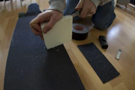 2. Skjær til isoporbiten slik at den ligger perfekt på brettet, og får en skrå fotplattform.