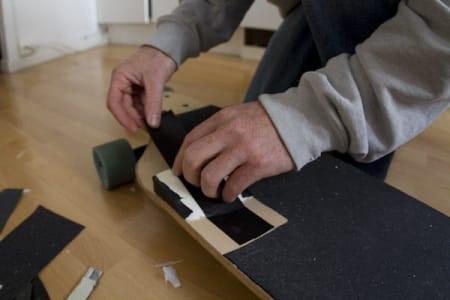 6. Fest isoporbiten på brettet med tape