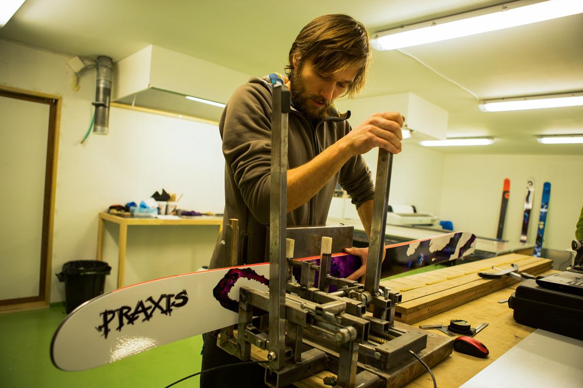 FLEKSMÅLING: Kjernen i Fri Flyts tekniske skitest er SFI – vår egen skala for måling av skienes fleks. Her måler Endre Hals flekskurven til et par Praxis GPO fra 2014. Foto: Tore Meirik