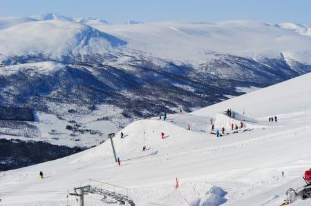 Snøhetta bak til venstre, og hoppet på toppen av Vangslia midt i bildet. Fra MegaPark i 2011.