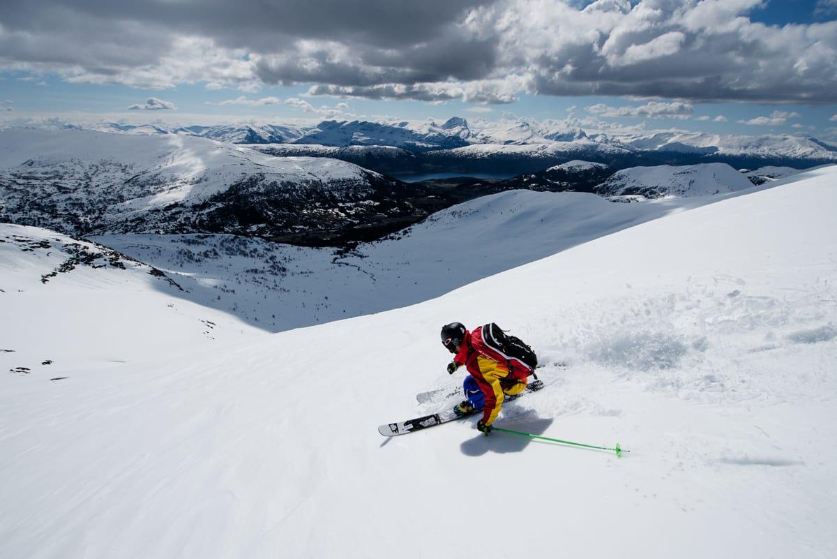 PÅ TOPPLISTA: Harpefossen skisenter har veldig bra frikjøring – som snart kan bli  enda lettere tilgjengelig med beltevogn. Her kjører Martin Leite Gilleshammer. Foto: Martin Innerdal Dalen