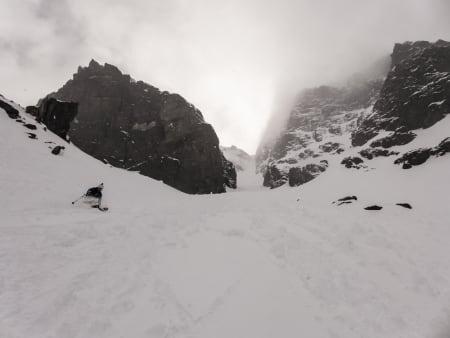 Robin Andersson på väg ner i den lite tyngre snön längre ner mot botten