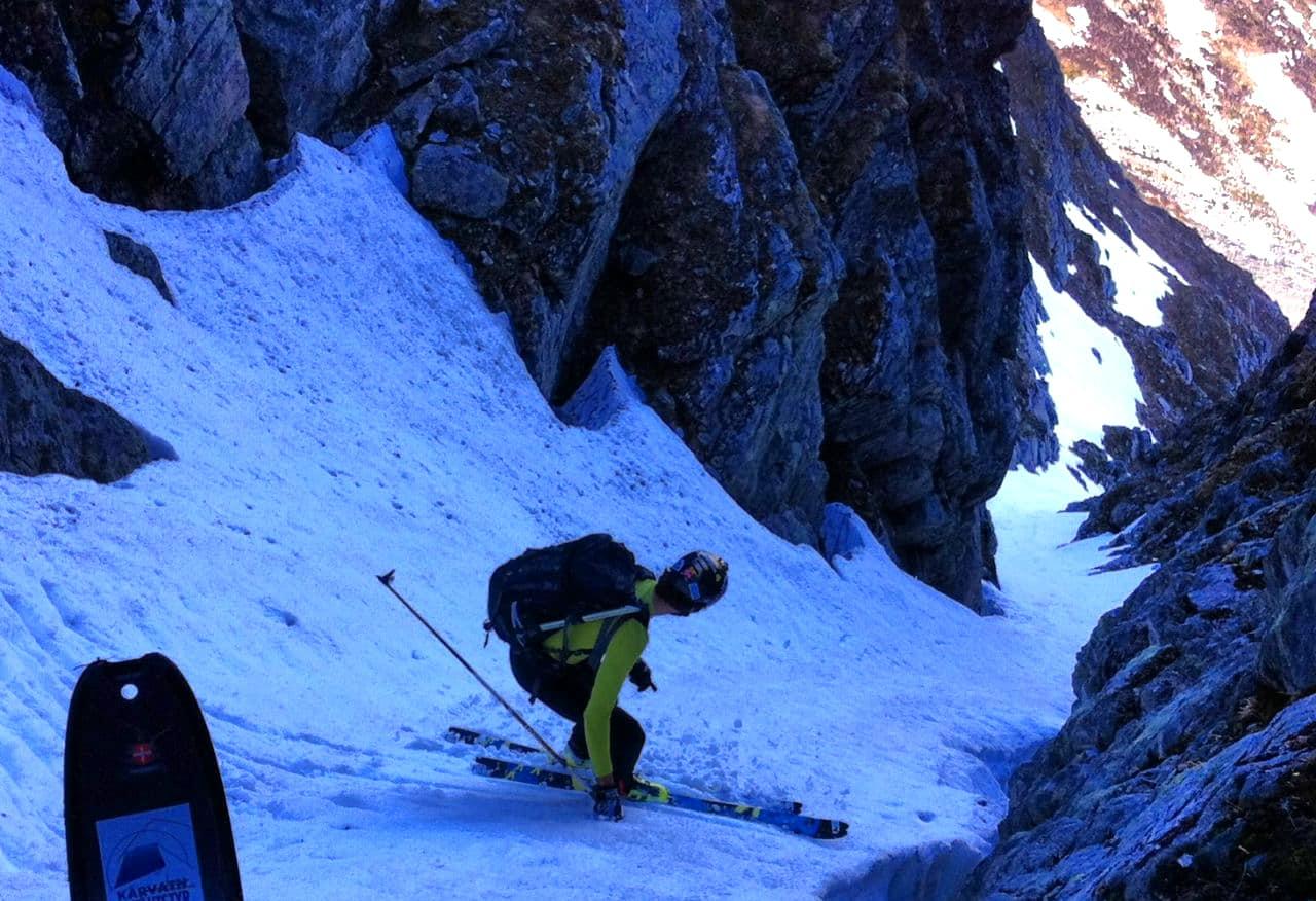 BRATT: Ola Berger i ferd med å sette utfor no skikkelig trang brattkjøring på fjellet Hesten i Sunndal. Foto: Bård Smestad