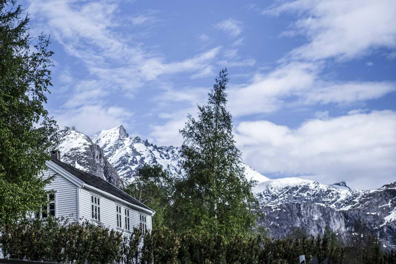 ROMSDALEN: Verken Sunnmøre eller Lofoten kan stille med like sterk ryddestall som Aak hotell i selveste Romsdalen. Her avbildet med Lille Venjetinden i bakgrunnen. Foto: Odd Erik Rønning.