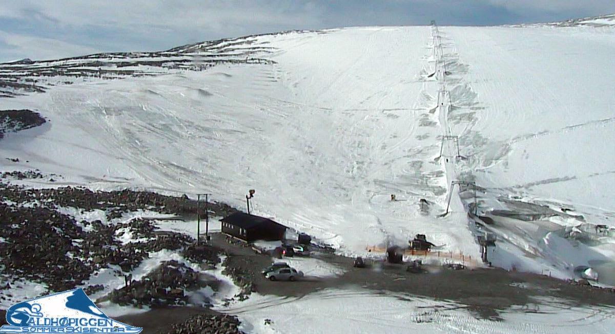 JUVASS NÅ: Slik så det ut på Galdhøpiggen sommerskisenter klokka 11.30 i dag –sommerskisenterets første åpningsdag siden 6. juli. Foto fra webkameraet på gpss.no