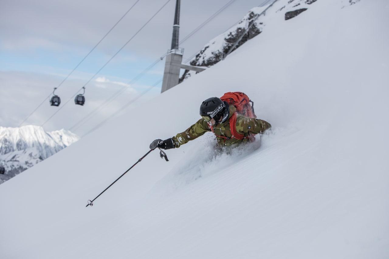 BLINK: Skipatruljen fikk seg sesongens og fjorårssesongens beste svinger i Engelberg. Her er Fri Flyts produsent Christian Nerdrum på vei til ny fotospot. Bilde: Bård Gundersen