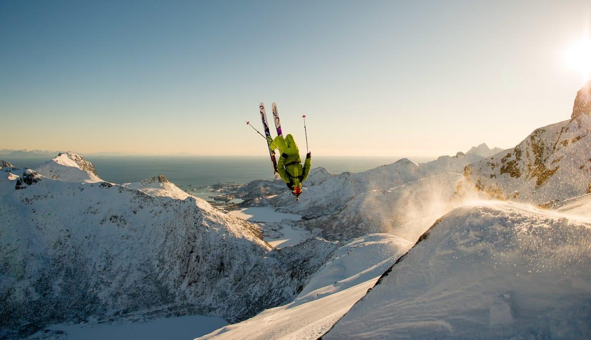 BACKFLIP: Med Skavlein på Lemonsjøen som klasserom er Øystein Aasheim vant til å være opp/ned i lufta. Her har han eksamen i Lofoten. Foto: Sverre Hjørnevik