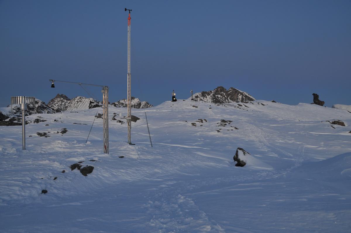 FRYKTER UHELL: NVE har plassert nokså mye måleinstrumenter og utstyr på Mannen i Romsdal, og nå håper de folk unngår ferdsel i området hvor utstyret er plassert, særlig eventuelle skikjørere som kommer for å gjenta bragden til Ola Hovdenak og Bård Smestad. Foto: NVE