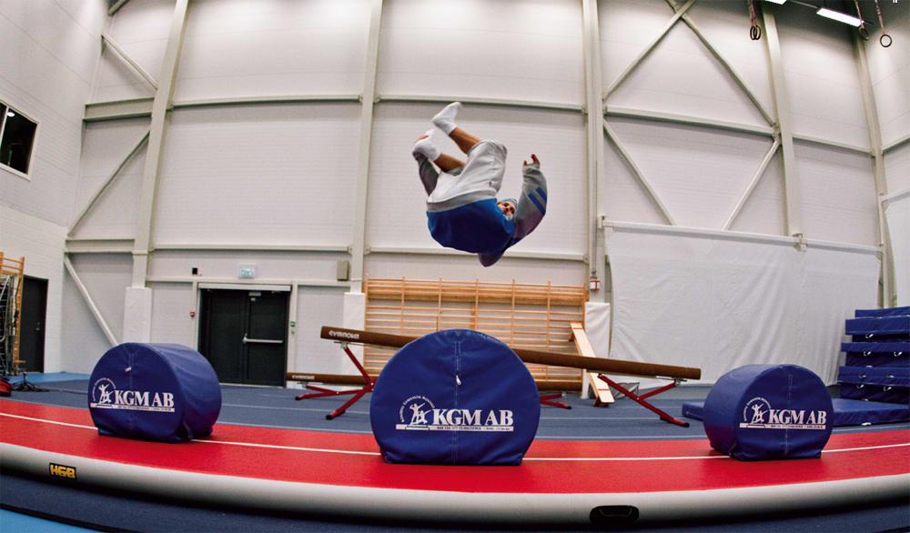 AIRTRACK: På spenstmatten kan du flippe over mindre baller, eller spinne til forskjellige sider over ballene.