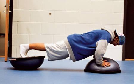 PUSH-UPS: Kroppshevinger på to bozoballer gjør deg sterkere i hele kroppen, og du trener store og stabiliserende muskelgrupper.