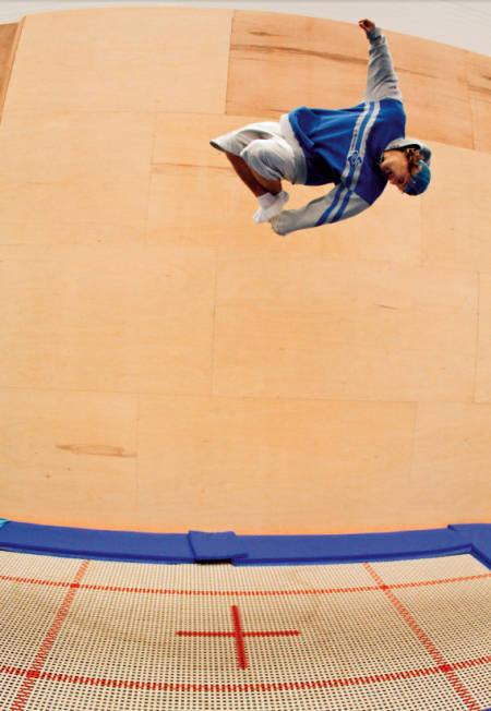 TRAMPOLINE: Du har uante muligheter på en trampoline, og du kan mer eller mindre øve alle slags triks, enten du lander tilbake på trampolinen eller har en stor tjukkas å hoppe ut på. Aleksander Aurdal har mange timer på denne trampolinen.