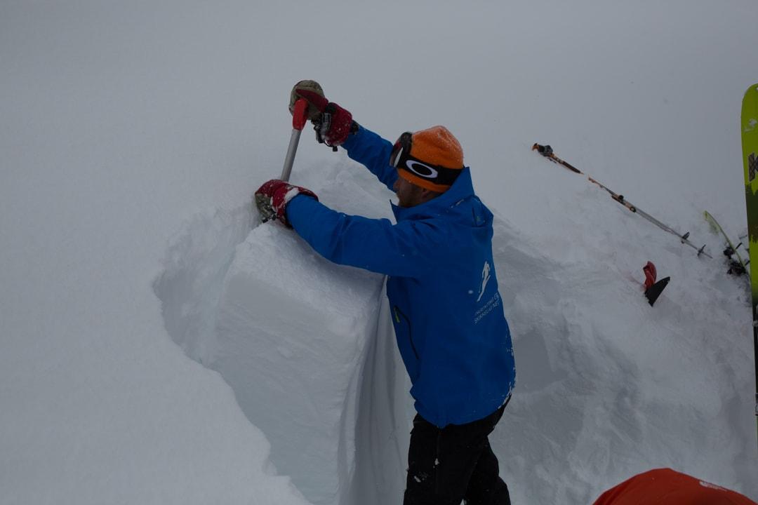 UNDERSØKER SNØEN: Torgeir Kjus sjekker lagdelingen i snødekket under tur på Kistrandfjellet lørdag.