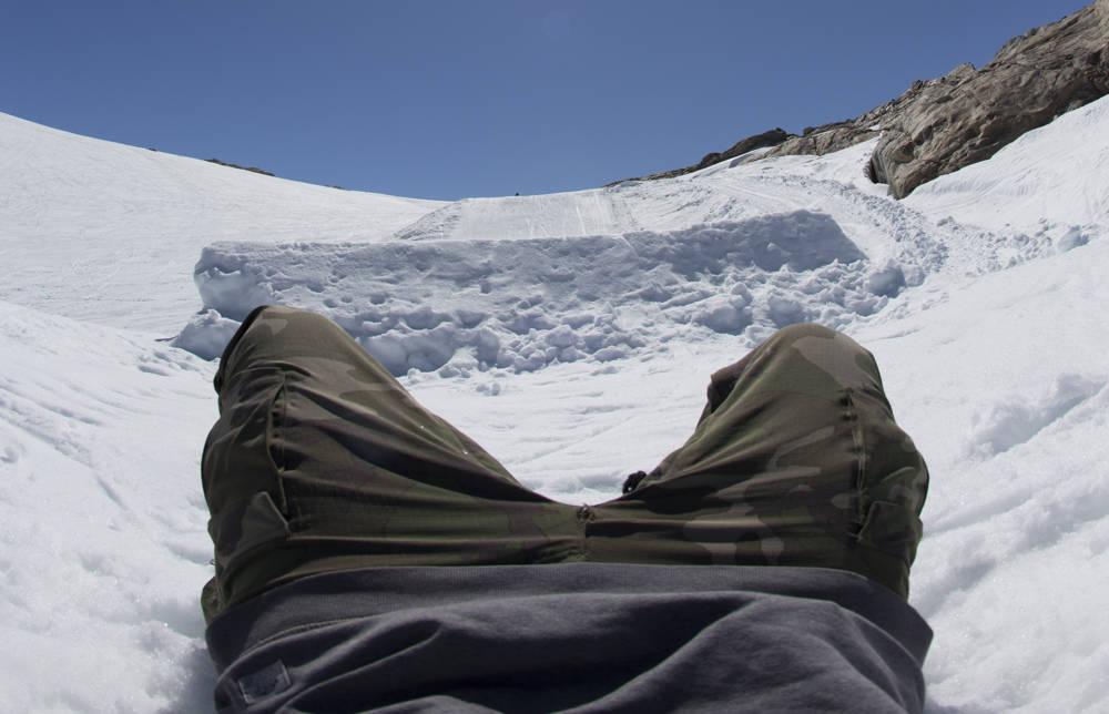 GRATISHAUGEN: Artikkelforfatteren har lagt seg i skyttergrava under det største hoppet på Fonna når han anmelder tre dager i et norsk sommerskisenter. Foto: Hans Petter Hval