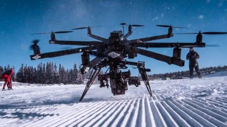 MONSTERDRONEN Alle droneklippene i Supervention er filmet av Anti Media. og helikopterene de bruker er kraftige nok til å løfte flere kilo tunge RED-kameraer.
