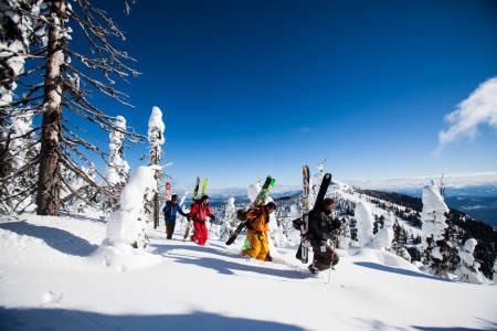 UT OG GÅ: For å i det hele tatt ha sjans til å finne noe urørt snø, måtte beina taes i bruk. Bilde: Christian Nerdrum