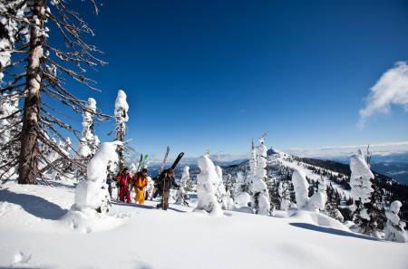 DEN SOM GÅR, FÅR: For å finne urørt snø må beina gå, og ned fra ryggen av The White Wolf Rigde finnes det muligheter. Hadde vi gått lenger, måtte vi tatt med passet, for bare 8 kilometer unna går landegrensen mot USA. Bilde: Christian Nerdrum