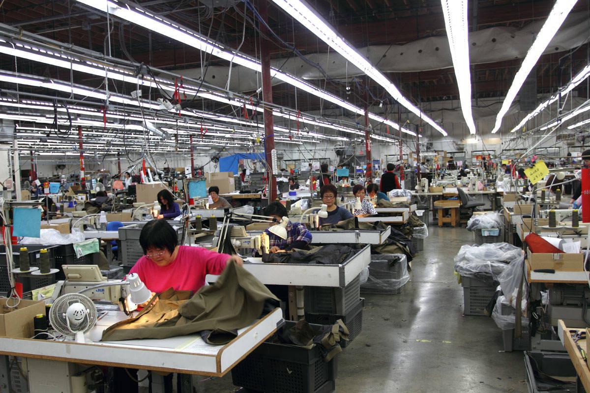 FABRIKKEN: Arc´teryc lager sine dyreste modeller i Vancouver i Canada -ikke i det fjerne østen. Men alle som arbeider i fabrikkhallen er kinesere. Foto: Tore Meirik