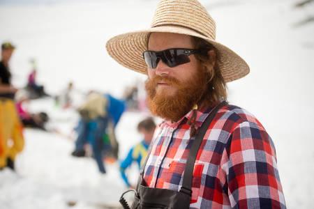 HP Hval både kommenterte og organiserte -iført hatt og raske briller i frykt for sola. Foto: Vegard Breie