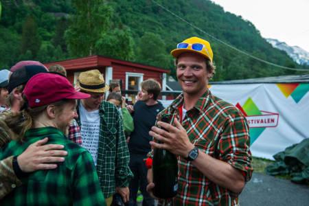 Asbjørn Eggebø Næss gratuleres med seieren av blant andre Åsmund Thorsen. Foto: Olav Standal Tangen