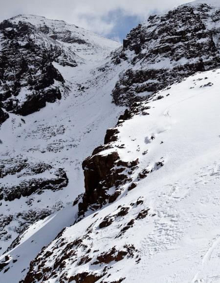 Her er det folk i både forgrunen og bakgrunnen. En som kjører pudder ned, og en gjeng som er på vei opp på Toubkal (4167 moh), som er den høyeste toppen i Atlasfjella
