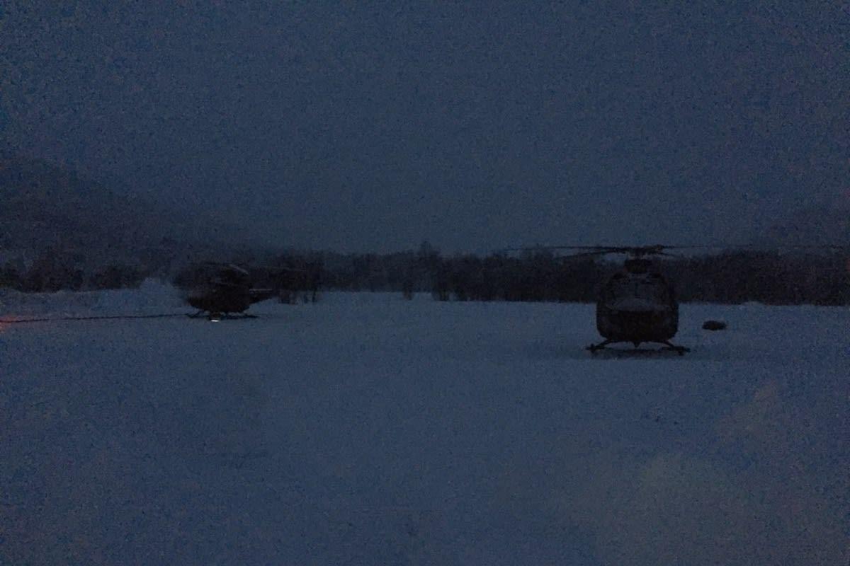Helikoptrene som bistår i operasjonen med å få de savnede skredtatte skiløperne ned fra Blåbærfjellet har parkert for dagen. Foto: Sjur Melsås