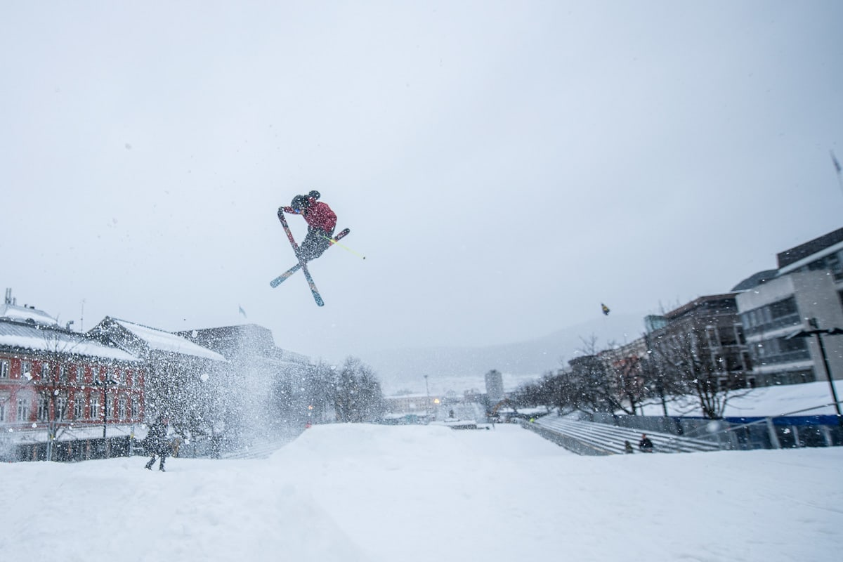 BACKEPROSJEKT: Anders Backe er flink til å finne på kreative vrier på skikjøringa si. Sist betydde det å hoppe midt i Drammen, på langrennsfolkets domene. Foto: Vegard Breie