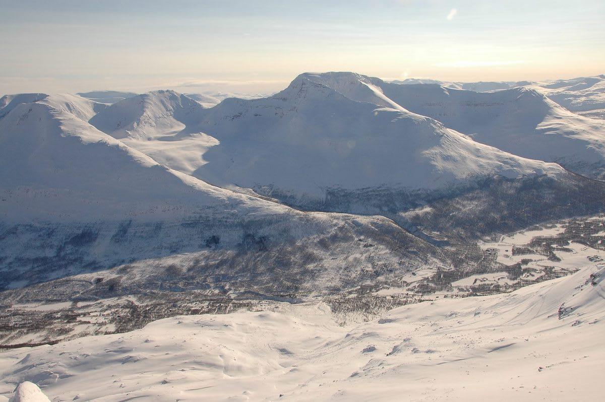 Oppstigningsryggen Blåbærfjellet med Rostafjellet midt bak. Arkivfoto:Espen Nordahl