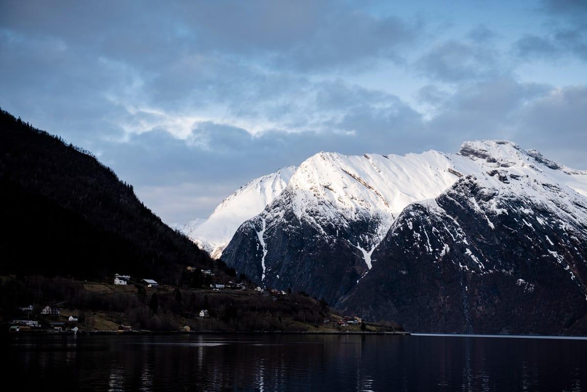 SEA TO FJORD: Det er ikke hver dag man kan kjøre ski og ha fjordutsikt, med mindre du er på Sunnmøre. Isåfall er det ganske dagligdags. Foto: Martin I.Dalen.