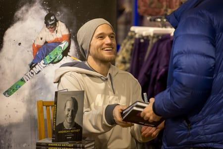 Andreas Håtveit signerte biografien om seg selv «Triksehopperen» i Hemsedal lørdag. Foto: Kalle Hägglund