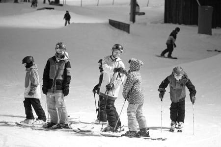 Andreas Håtveit på ski med kidsa i Hemsedal. Foto: Kalle Hägglund