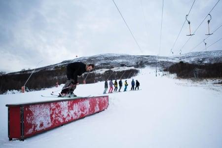 Happynaess legger trykk på framskiene sine i Vangslia. På dette bildet ser du for øvrig hele den største heisbaserte terrengparken i Norge nord for Dovre. Foto: Tore Meirik