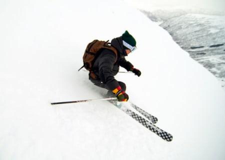 Fred Syversen viser hvordan man kjører bratt på ski. Foto: Bjørnar Bjørhusdal