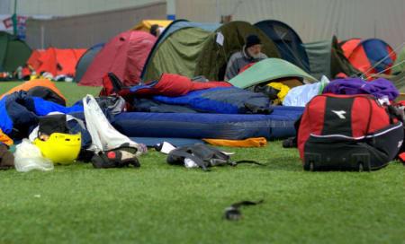 Mange av deltagerne camper inne i Sognahallen.