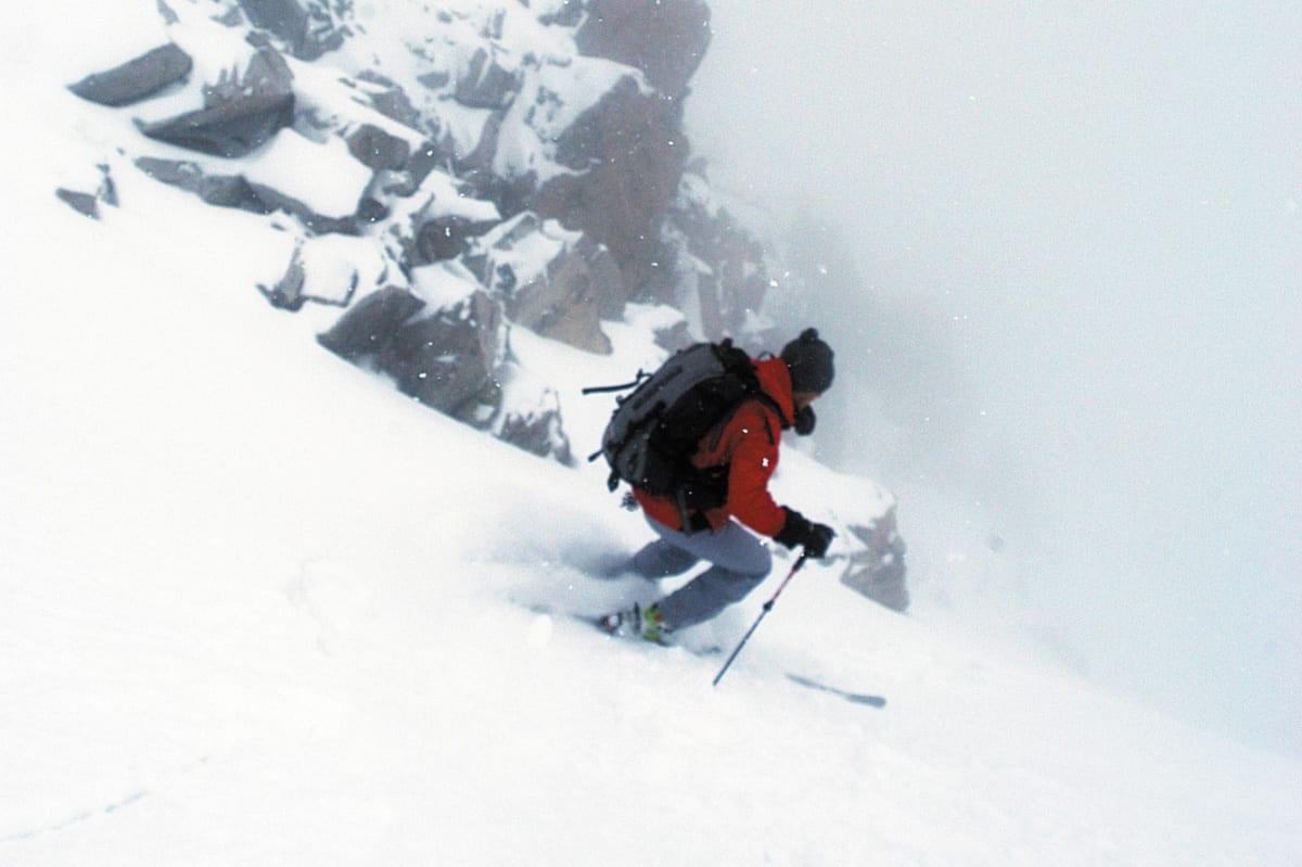 MESTER: Davo Karnicar tar de første forventningsfulle svingene i inngangen til renna fra Soleietind til Ringsdalen. Foto: Erlend Sande