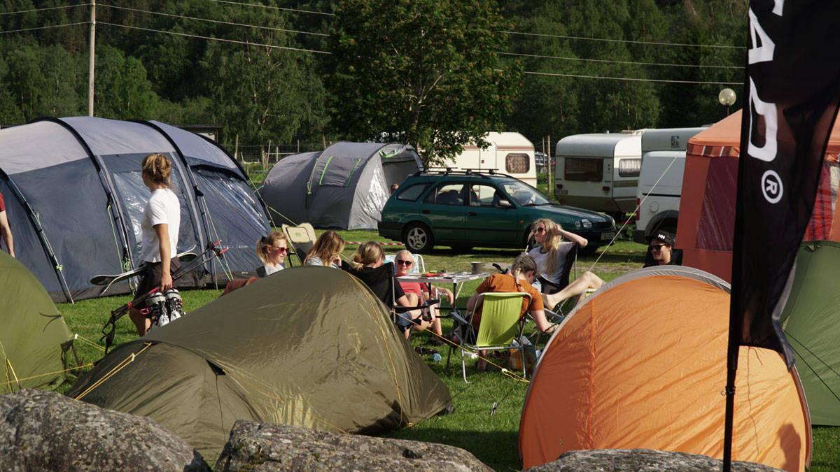 CAMPEN VOKSER: Folk strømmer til Folven camping og helgens Strynefestival, som for lengst er utsolgt. Foto: Henrik Ulleland
