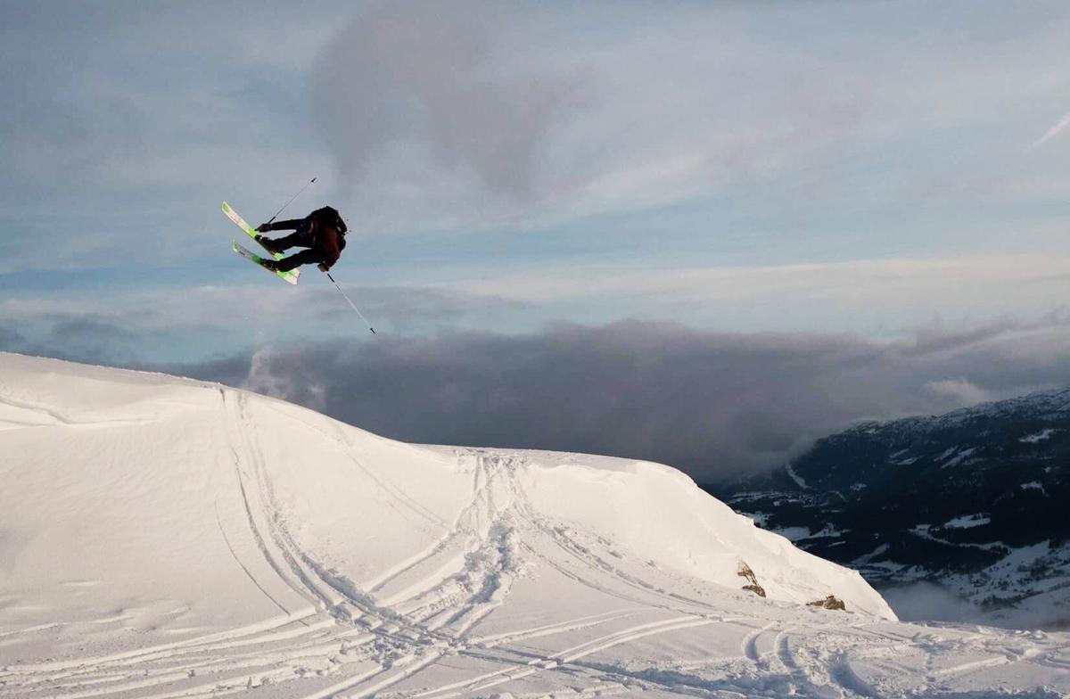 PÅ VOSS: Cato Lægreid lader opp til sin siste konkurransesesong på Voss. Her gjør han en alley oop 180 på ei naturlig vindleppe øverst på Horgaletten Foto: Jonas Adrian Lilleengen