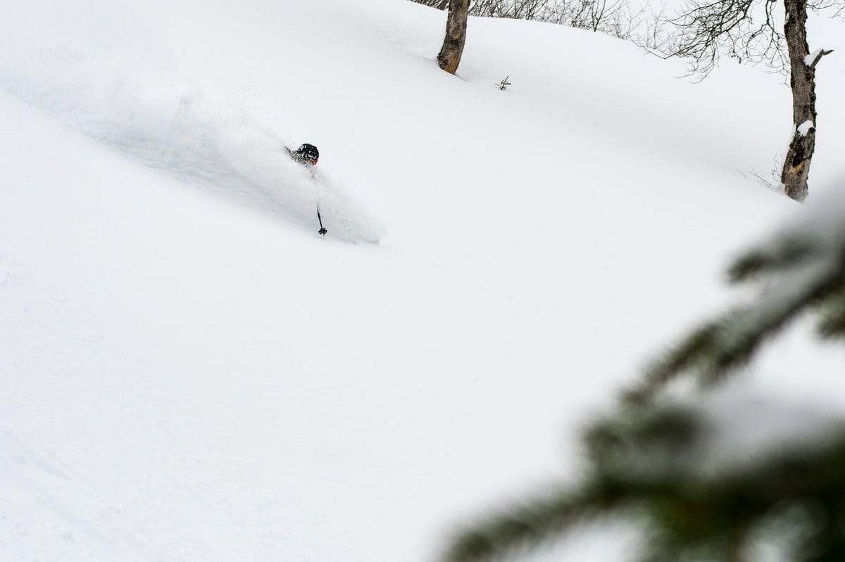 FRA BONDEHEISEN: Johan Jonsson oppdager nytt skiterreng like ved kåken sin i Engelberg. Foto: Elias Lundh