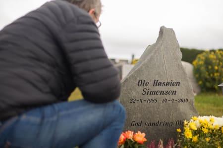 MINNER: Per Simensen og Oles nærmeste familie besøker sønnens grav hver dag. Gravsteinen er formet som Stetind, et fjell Ole hadde planlagt å besøke. Bilde: Tore Meirik