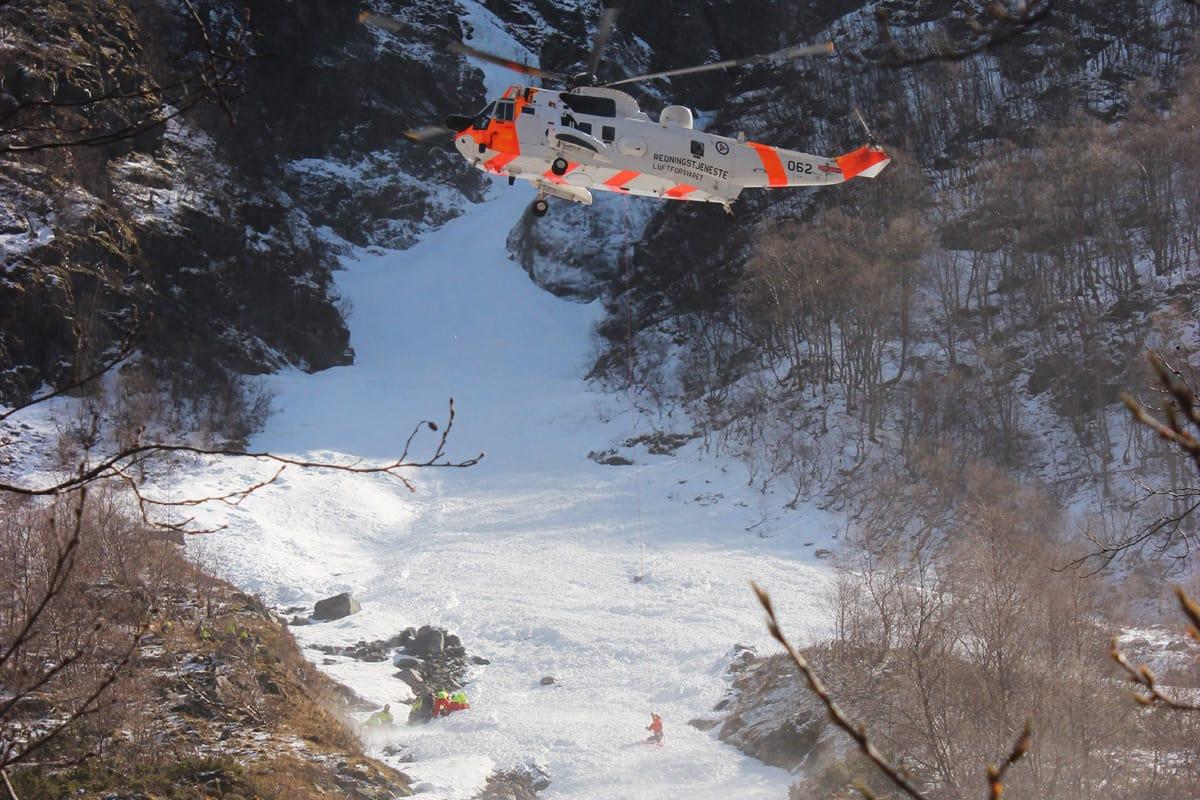 EVAKUERES: Tre timer etter at et flakskred førte Benjamin Hjort 800 høydemeter ned den trange renna på Flenjaeggi ble han evakuert med SeaKing-helikopter. Like etter omkom han på Haukeland sykehus i Bergen. Foto: Arne Veum