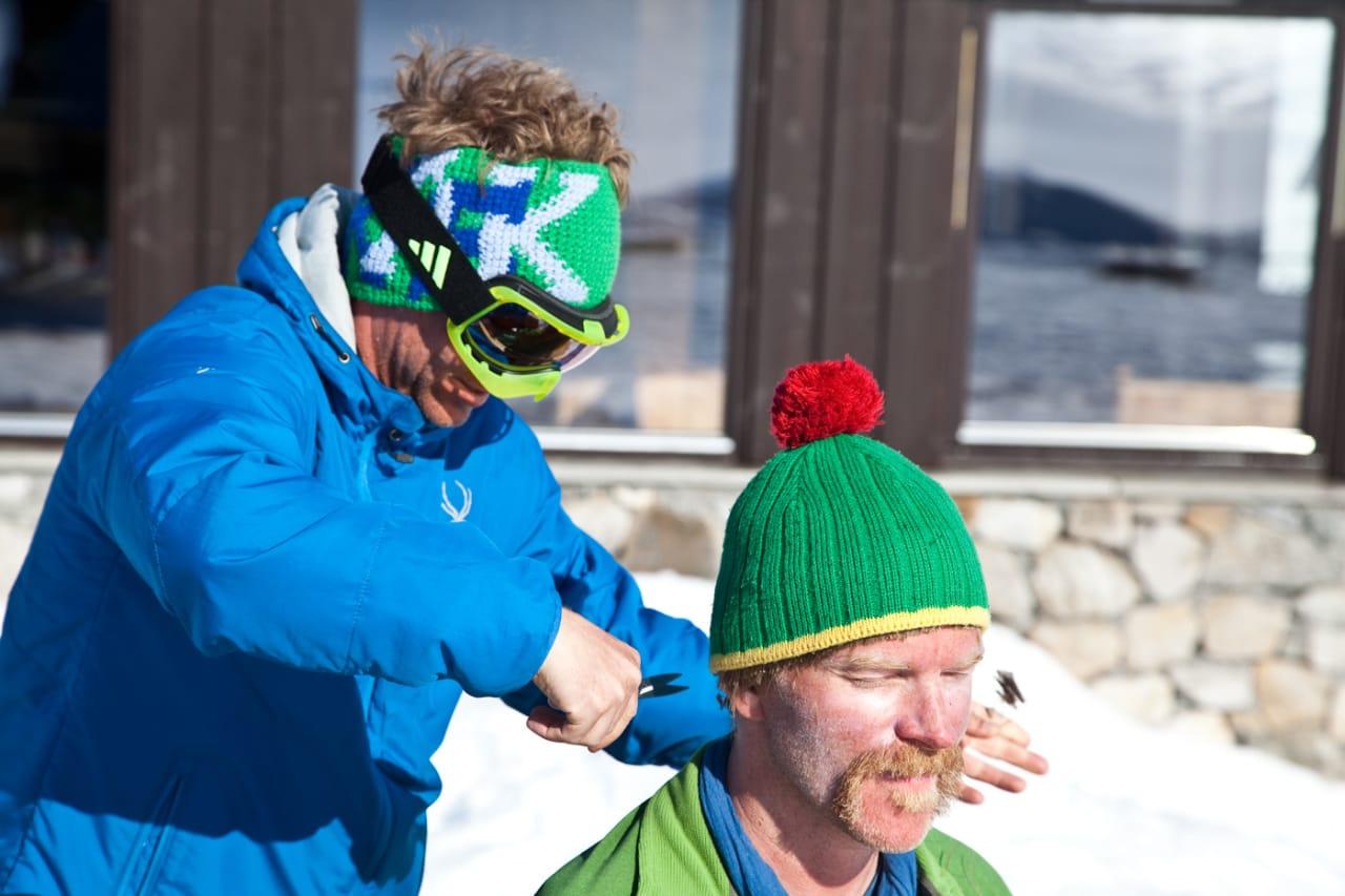 BOLLESVEISEN: I løpet av turen feiret Kristian Møkleby hårjevndøgn, og Stian Hagen fikk testet sine egenskaper som frisør. Bilde: Christian Nerdrum