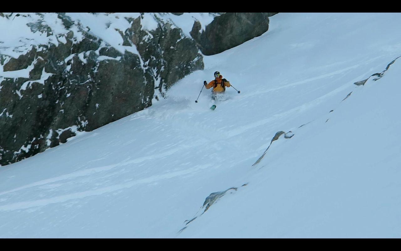 RENNEPUDDER: Yngve Dalquist koser seg i renna ned fra Trondskjortetind. Foto: Bård Smestad