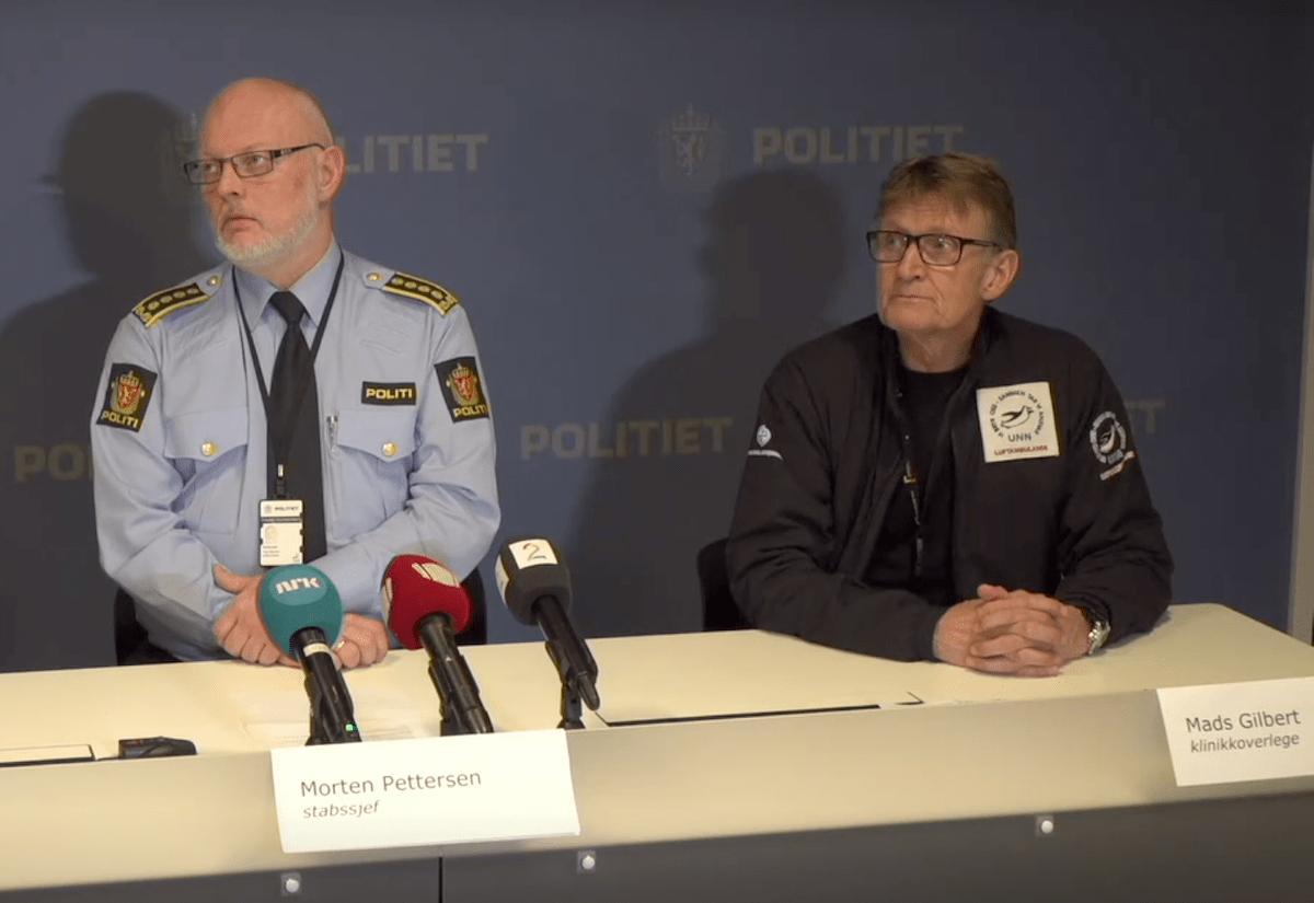 Stabssjef Morten Pettersen ved politiet i Troms (til venstre) og klinikkoverlege ved universitetssykehuset Nord-Norge Mads Gilbert under pressekonferansen fredag ettermiddag.