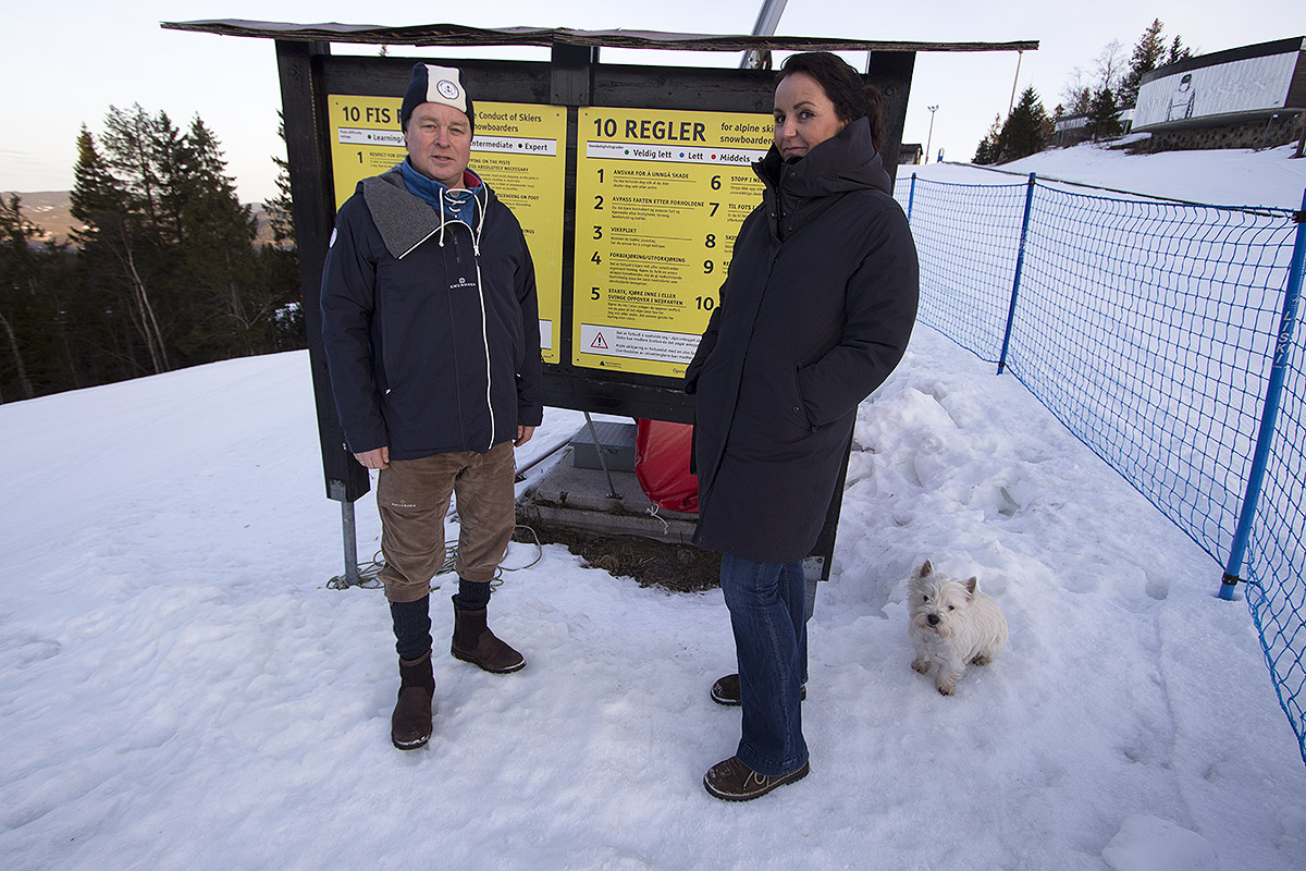MED FELLER: Espen Bengston i Oslo Vinterpark (t.v.) og Camilla Sylling Clausen vil tydeliggjøre retningslinjene for å oppholde seg i skianlegg utenfor åpningstidene. Foto: Anders Holtet