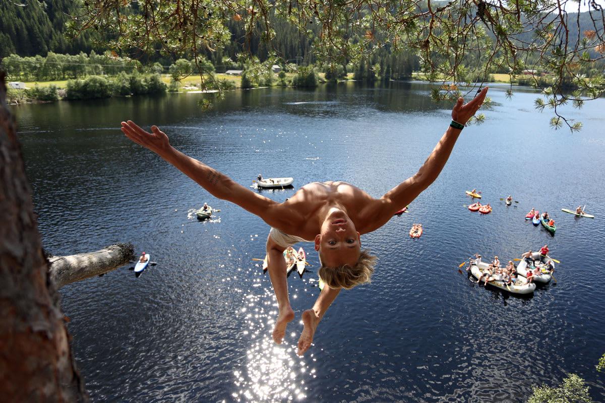 FOKUS: Dennis Myrland tar en titt på fotografen i samme slengen som han slenger seg utfor 12-meter´n. Foto: Tore Meirik