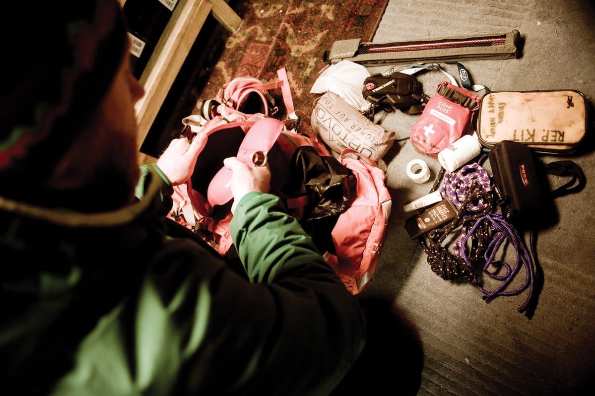 SIKKERHET: Ingenting er overlatt til tilfeldighetene når Jørgen Aamot pakker sekken for toppturer - enten de er korte, lange enkle eller avanserte. Foto: Vegard Breie