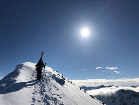 EVERY MAN IS AN ISLAND: Anders går siste biten opp mot Kavringtinden. Foto: Esben A. Nilssen