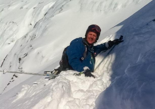 LANDING, CHECK: Pelle er akkurat nå sammen med flere i andrerenna for å grave snøprofiler. Mobilfoto: Cato Lægreid