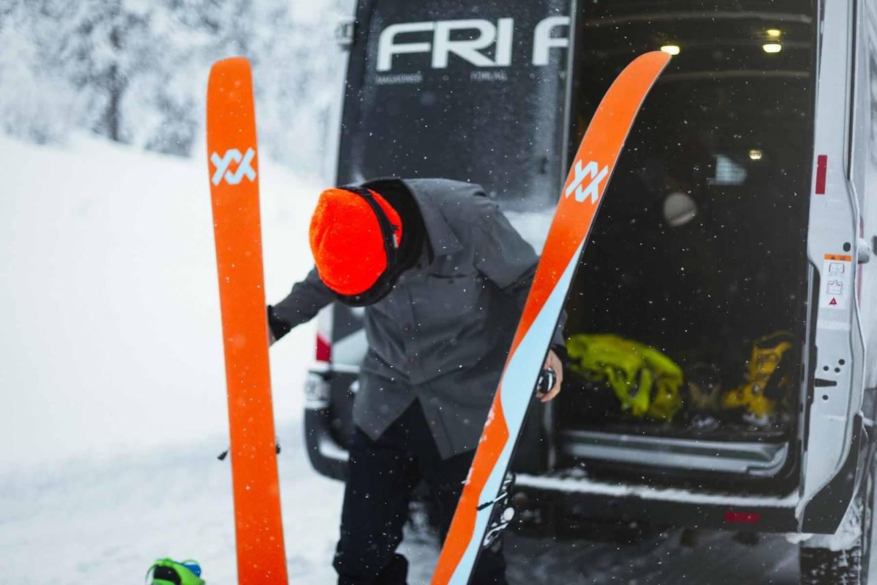 SKITEST: I denne saken ser du hva vi måler når vi tester ski. Her er Fri Flyt-redaktør Henning Reinton med skien Völkl Revolt 121. Foto: Kristoffer H. Kippernes