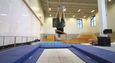 KUNSTNER: Tanner Hall bruker mye tid på trampoline i sesongoppkjøringa, og viser nok fram noen kunster i Heminghallen.