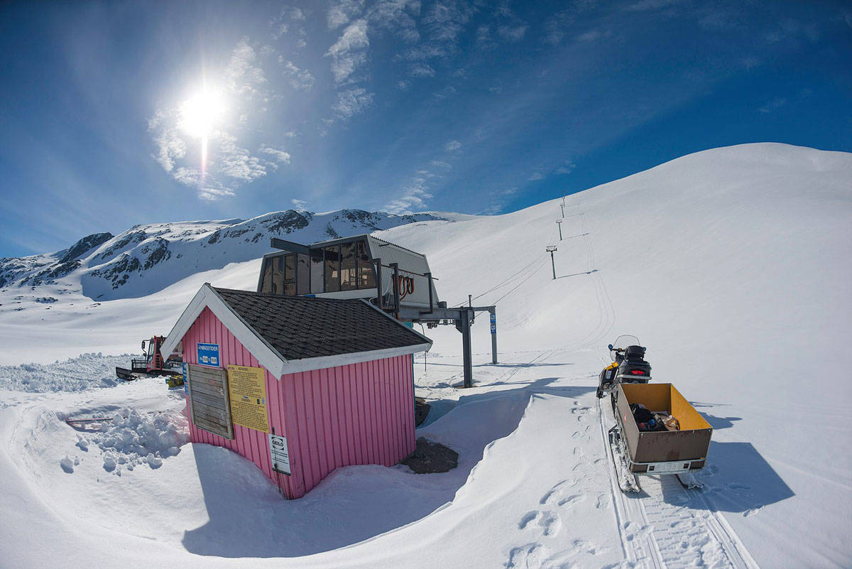 STRYN NÅ: Det er masse snø og fine forhold under stolheisen på Stryn sommerskisenter. Foto: Emil Eriksson